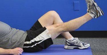 Hombre haciendo ejercicio para fortalecer las rodillas