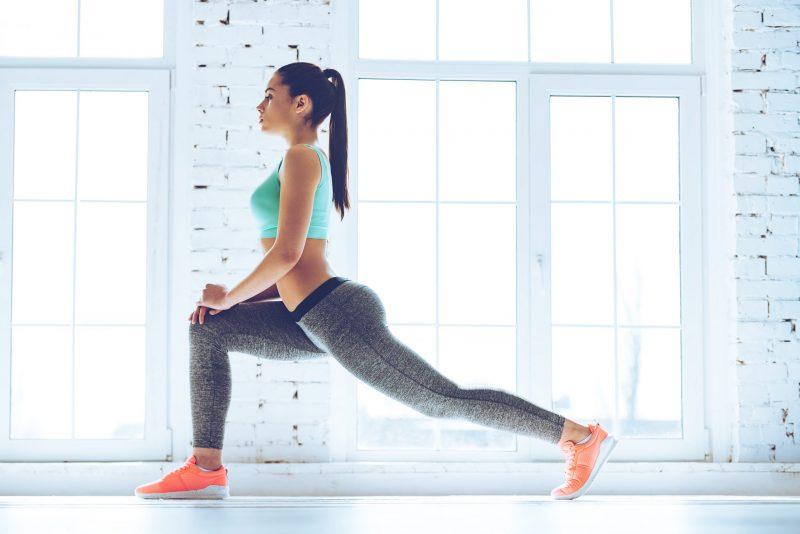 Mujer practicando estocadas