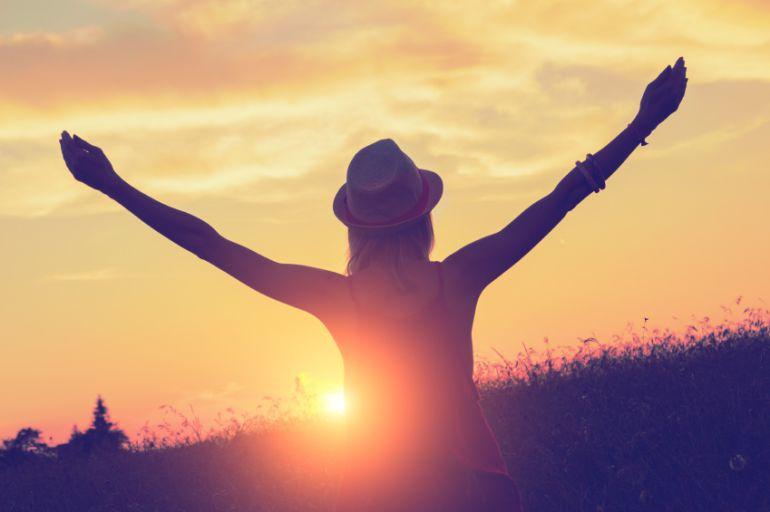 Persona levantando los brazos porque se siente libre