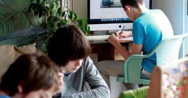 Niños estudiando en casa, y la ansiedad escolar