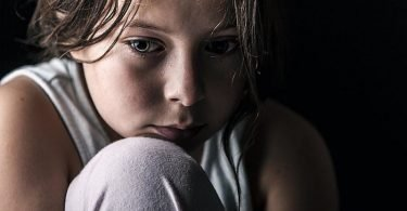 Una niña que está teniendo ansiedad