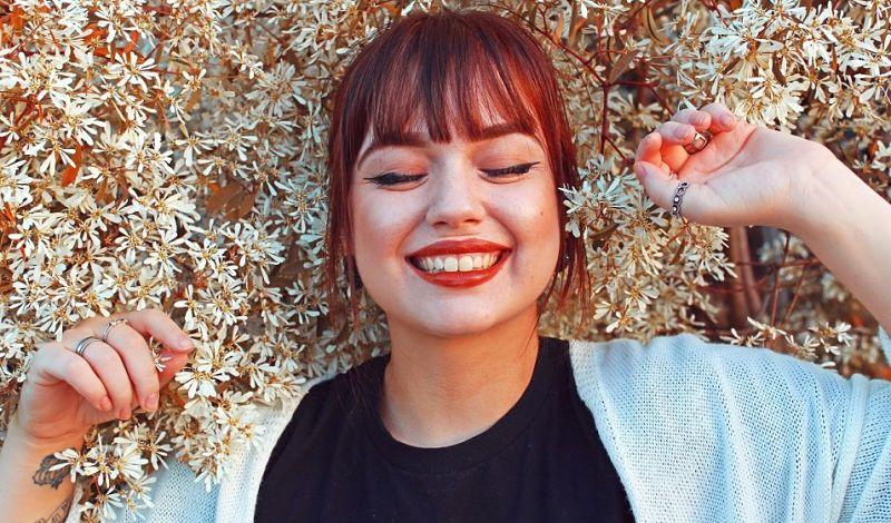 Emociones positivas en una mujer sonriendo