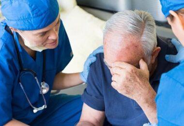 Hombre sufriendo derrame cerebral