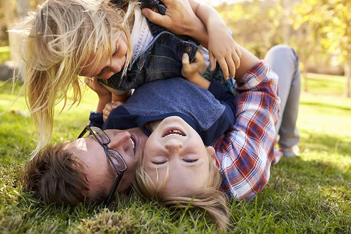Sorprendentes beneficios para los niños de jugar tosco en casa