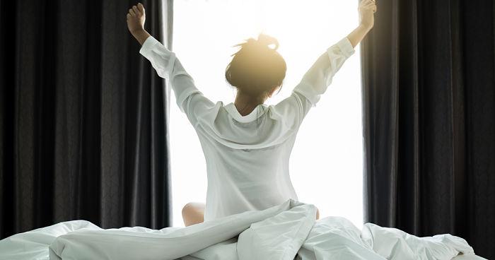 Mujer despertándose con energía