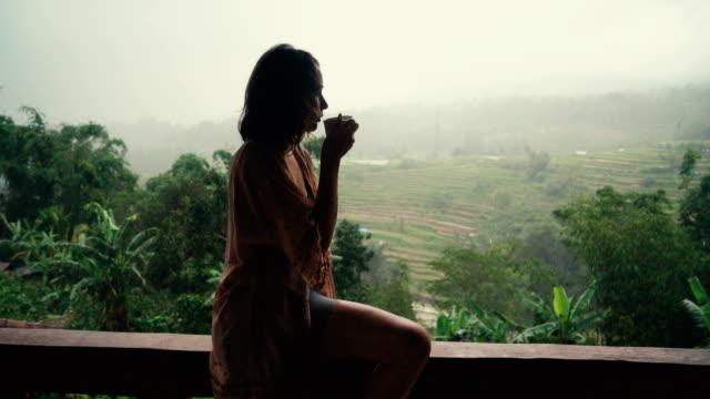 Mujer tomando un té verde para reducir el estrés