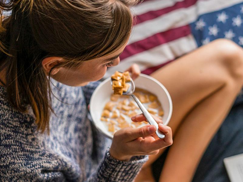 mujer desayunando en su cama