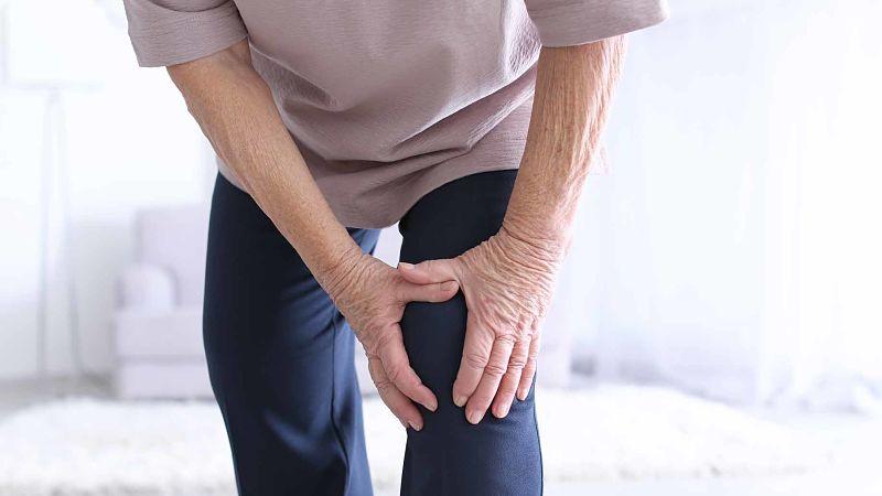 Persona con dolor en las articulaciones y las inyecciones de corticosteroides