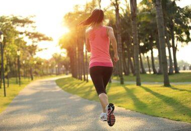 Mujer trotando para mejorar sistema inmune