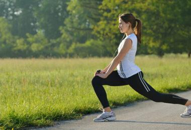 Mujer practicando ejercicio matutino