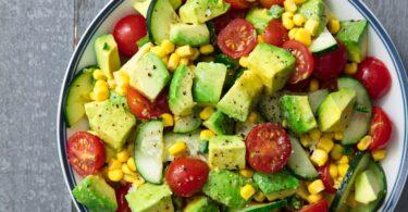 Preparando deliciosas ensaladas con aguacate