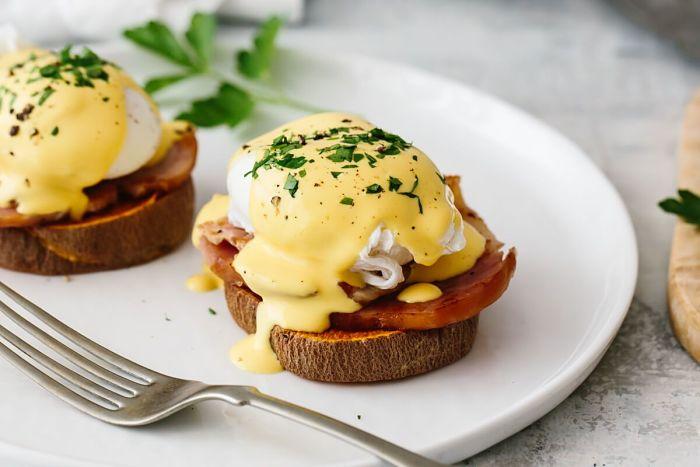 Deliciosa receta de huevos Benedict Keto