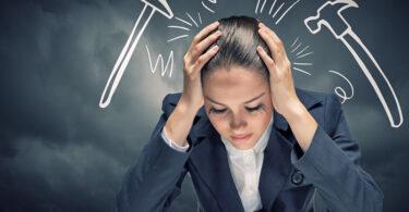 Mujer estresada por recibir críticas