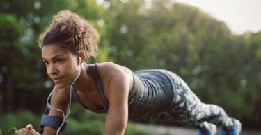 Mujer haciendo ejercicio plancha en el parque