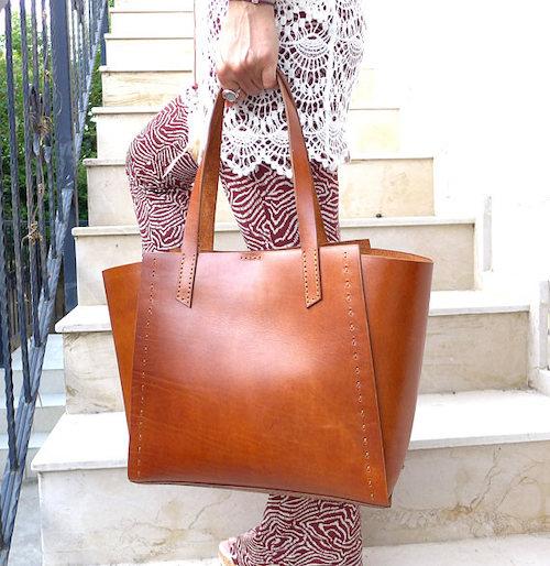 mujeres bajitas con bolsas cuadradas