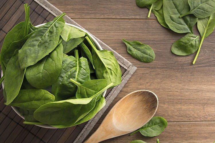 Un plato de espinacas frescas para impulsar tu salud si ya tienes 40 años o más