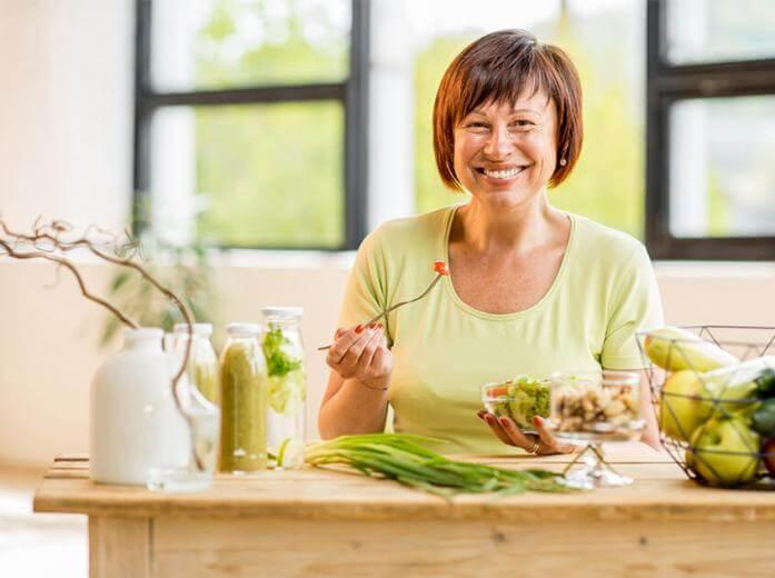 Mujer de 50 años consumiendo minerales y suplementos