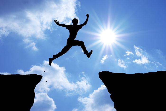 Hombre saltando en los cambios en la vida