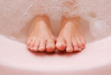 Baño de pies con bicarbonato de sodio