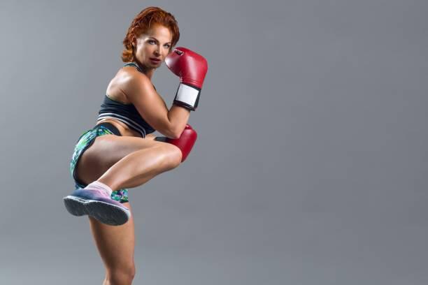 Mujer de mediana edad practicando body combat