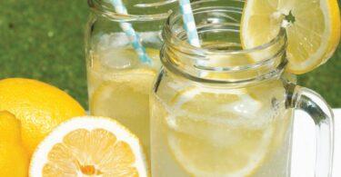 Beneficios de bebes agua de limón rallado