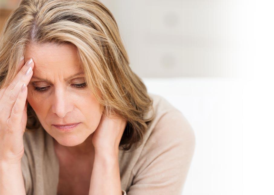 Mujer que padece caída de energía durante la media tarde