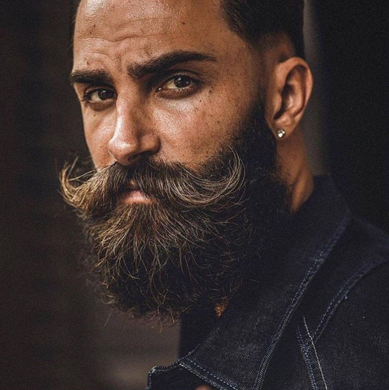 Hombre con barba y bigote hipster