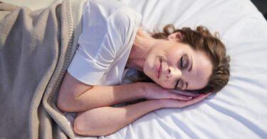 Mujer durmiendo para bajar de peso