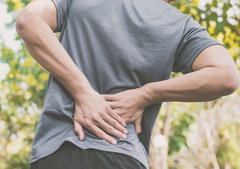 Hombre que padece dolor de espalda