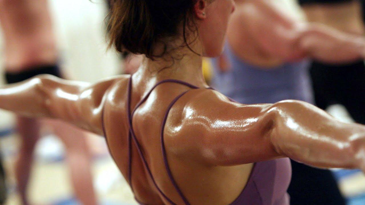Mujer realizando una rutina de entrenamiento