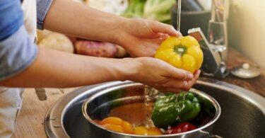 Lavando los vegetales antes de cocinarlos