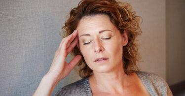 Mujer con menopausia y dolores de cabeza