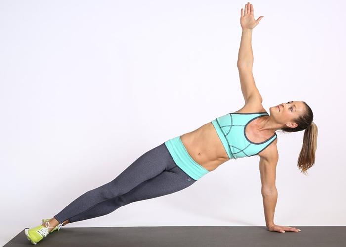 Mujer haciendo planchas de rotación
