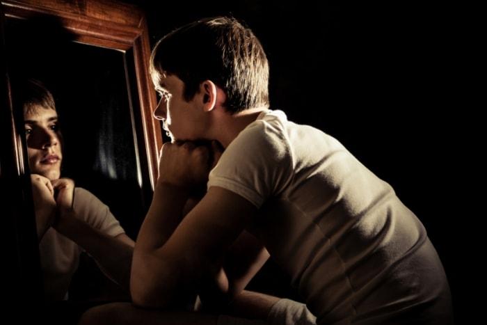 Adolescente mirándose al espejo