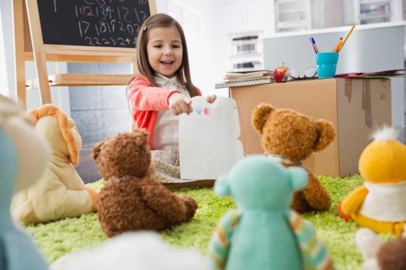 Una niña jugando con sus osos y aprendiendo