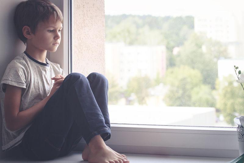 Un niño que se siente triste por no tener suficiente atención por parte de los padres
