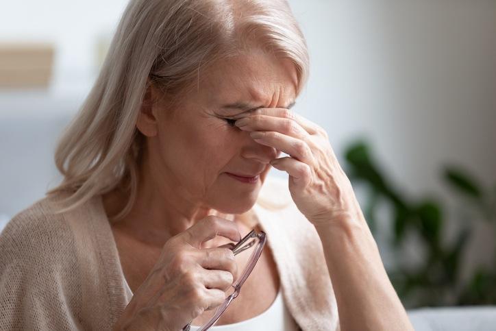 Mujer que sufre problemas de ojos secos por menopausia