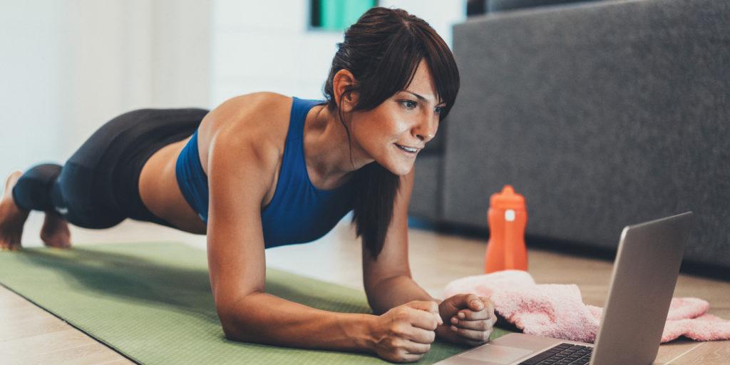 Mujer realizando ejercicio para poder quemar la grasa abdominal