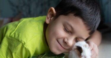 Niño junto a su mascota
