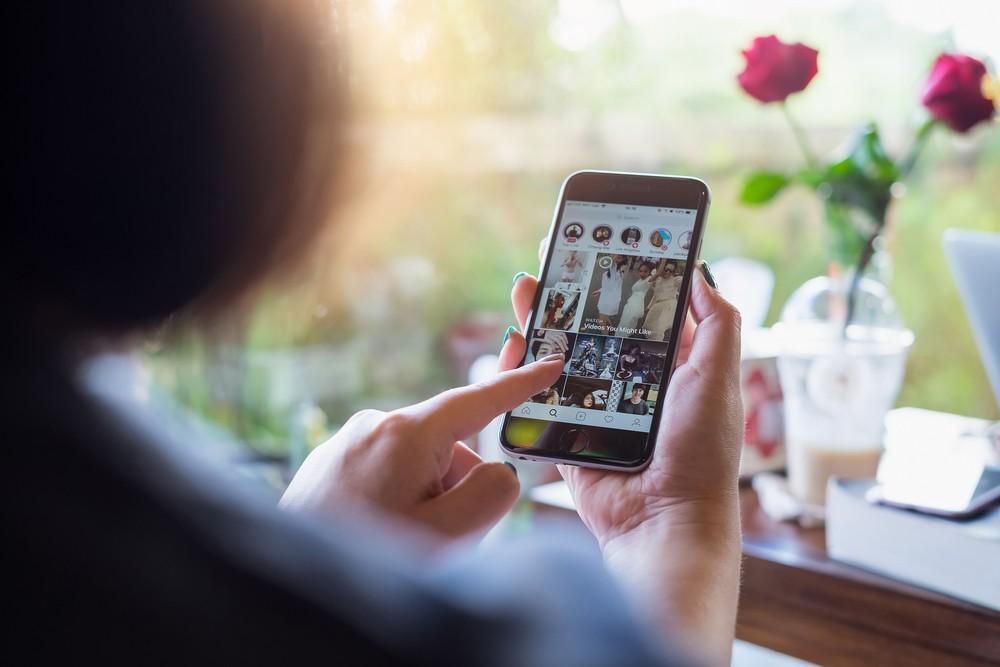 Mujer usando Instagram