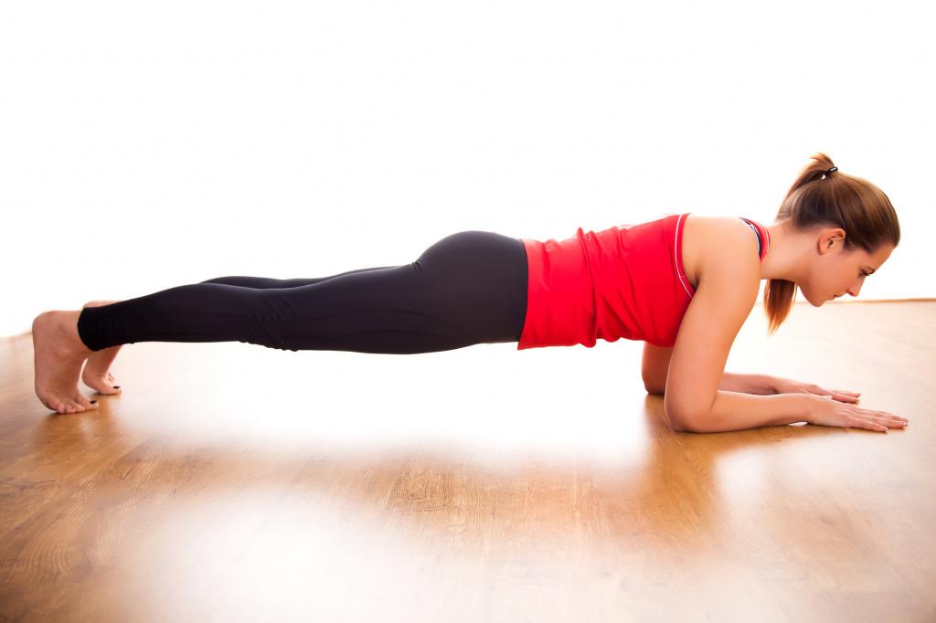 Mujer realizando plank con salto