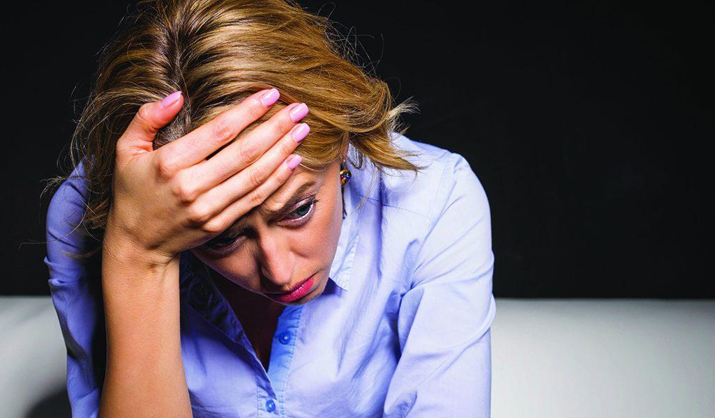 Mujer preocupada por salir con un narcisista