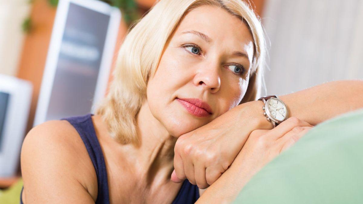 Mujer que padece menopausia sufre cambios de humor