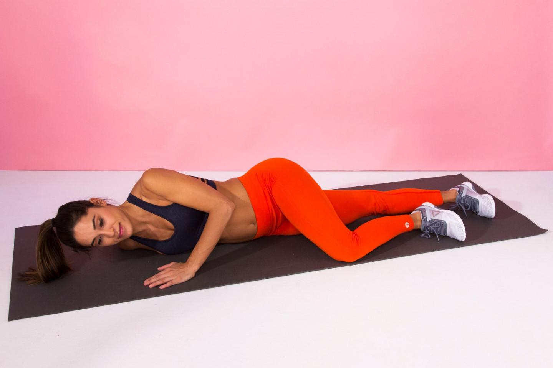 Mujer estirando los músculos del pecho