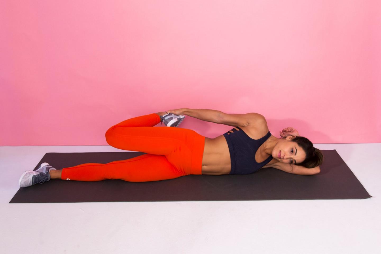 Mujer estirando los muslos