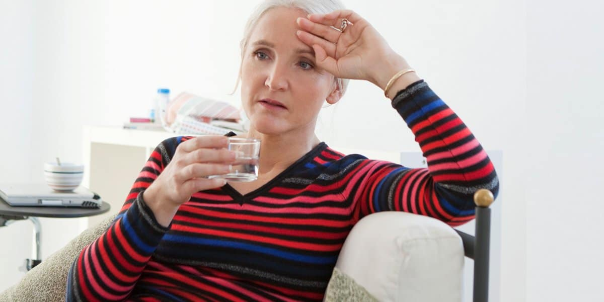 Mujer que experimenta fatiga por la menopausia además de cambios en la psique