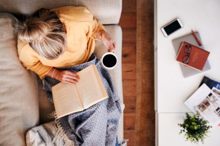Mujer leyendo un libro tomando un descanso
