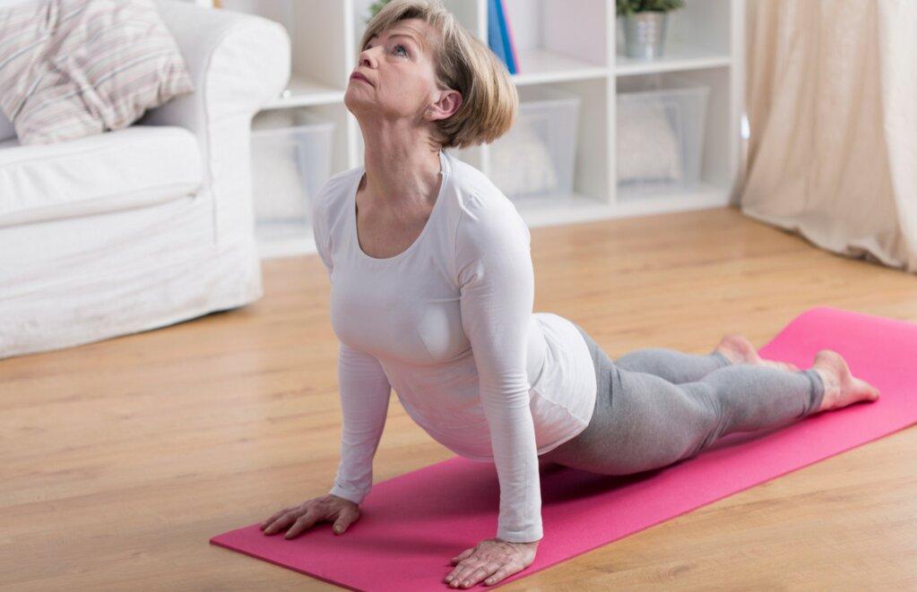 Mujer de cuarenta años haciendo pilates