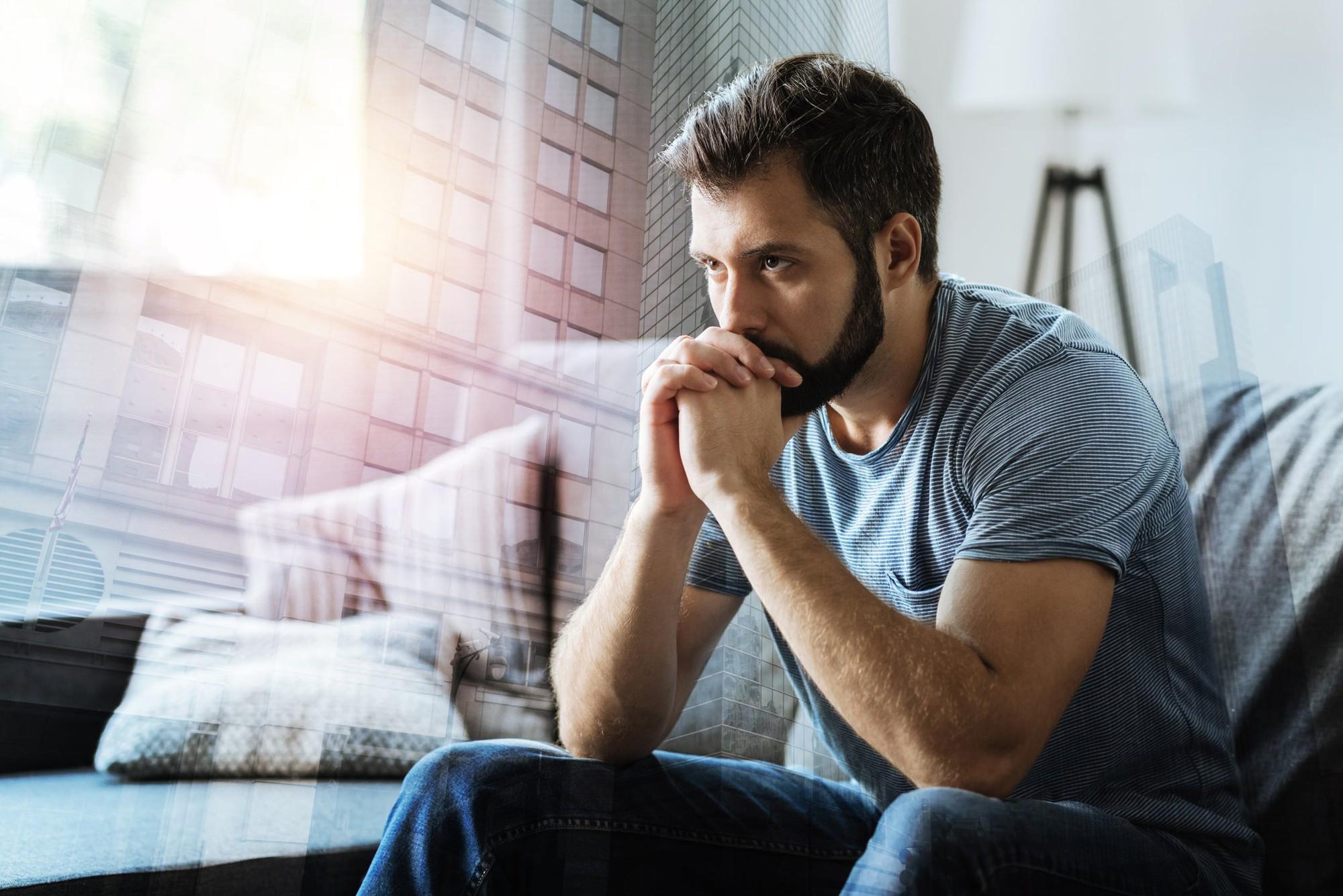 Hombre pensativo víctima de las relaciones inconclusas