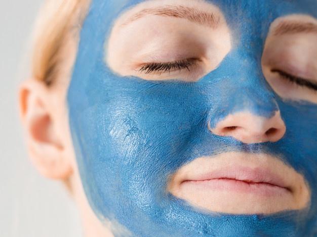 Usando arcilla azul para el rostro